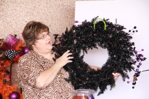 A pipecleaner hanger is added to the back of the wreath to hang on the easel while working on and later on the door or wall. (lime green is used for demonstartion to show well.