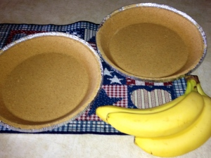Graham cracker crust and bananas