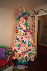 Christmas Decorating Ideas, White Christmas Tree, Show Me Decorating, Hot pink, Turquoise, Lollipops