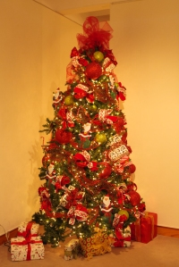 Christmas Decorations, How to use mesh in a Christmas tree, Red Christmas Decorating, Show Me Decorating