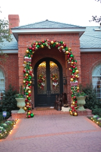 Christmas Entrance, Traditional Christmas Decorating, Show Me Decorating, Red, Gold, Green