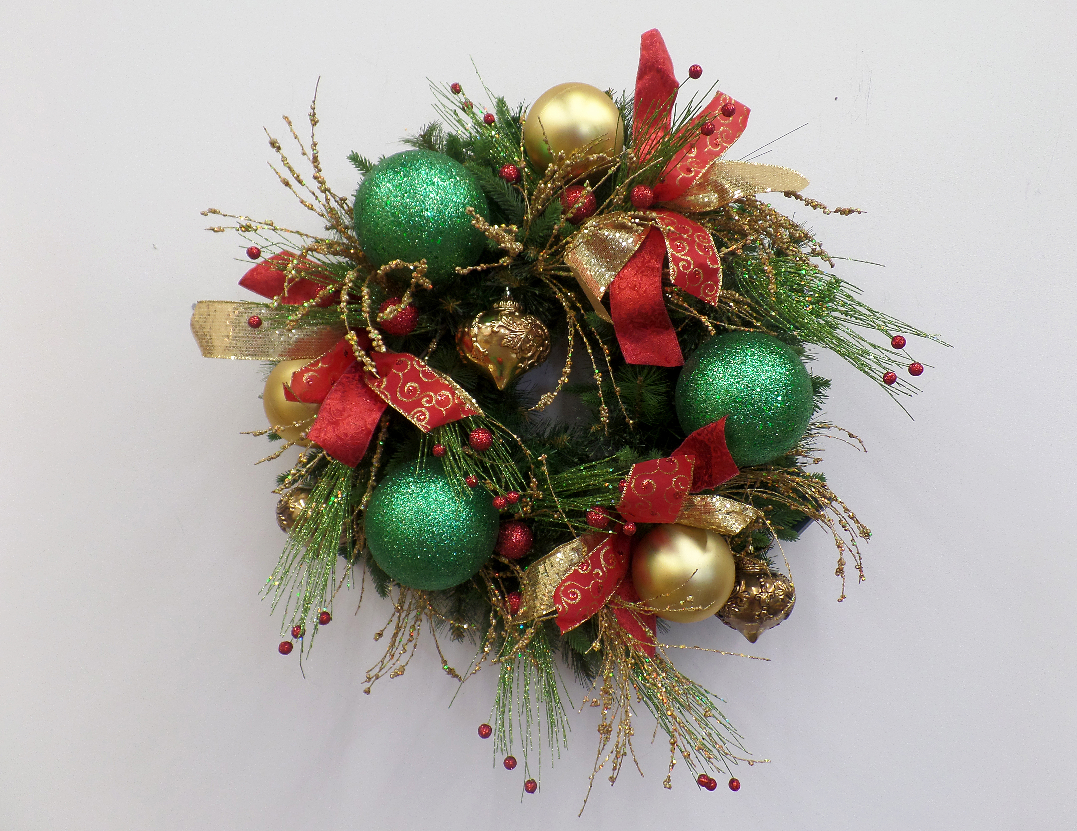 show me a red green and gold christmas wreath diy - Red And Green Christmas Decorations