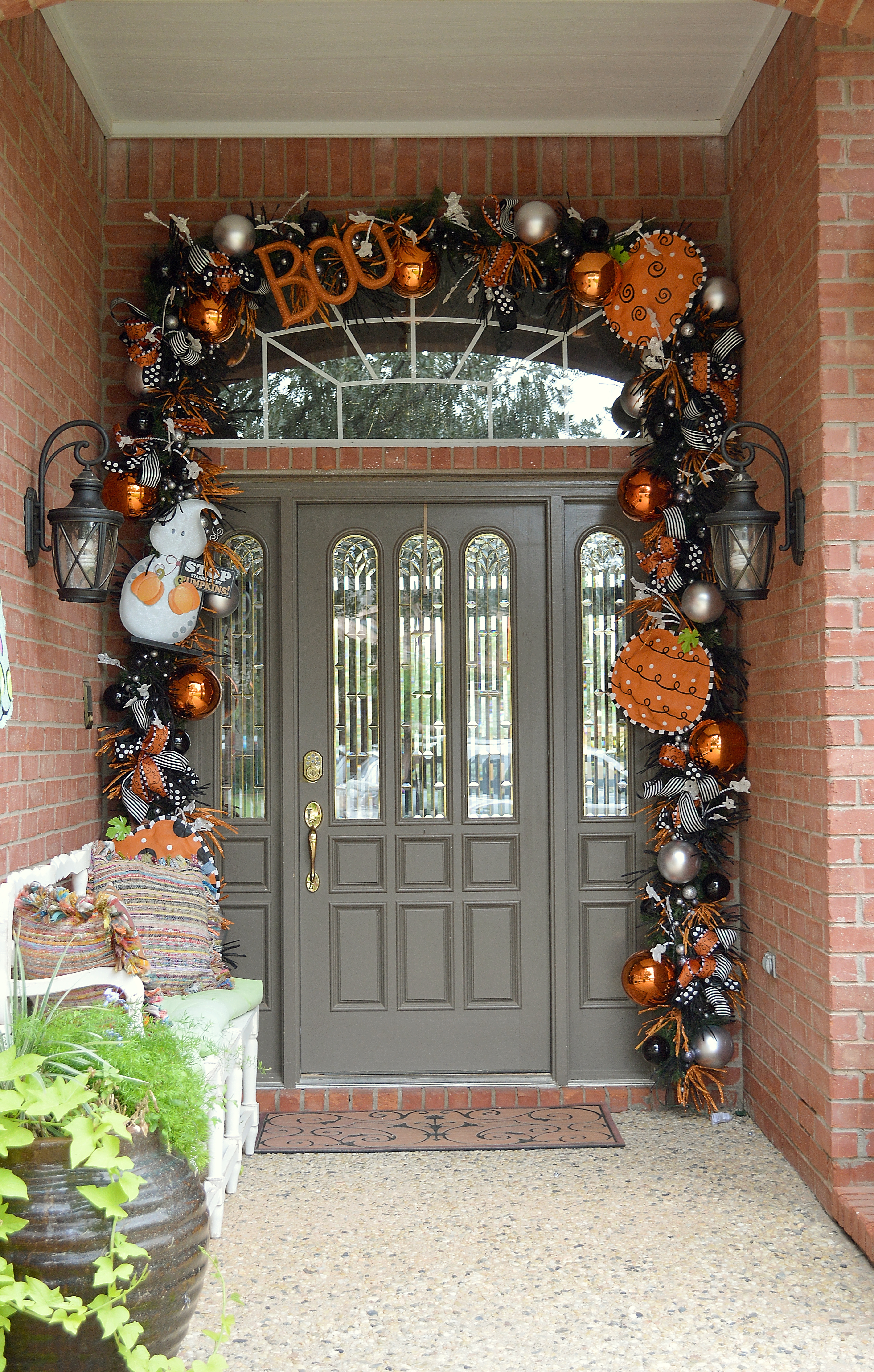 Show me decorating isn t scared of halloween miss cayce for Halloween girlande