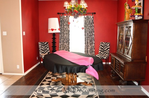 Black table cloth with pink paper mesh runner.