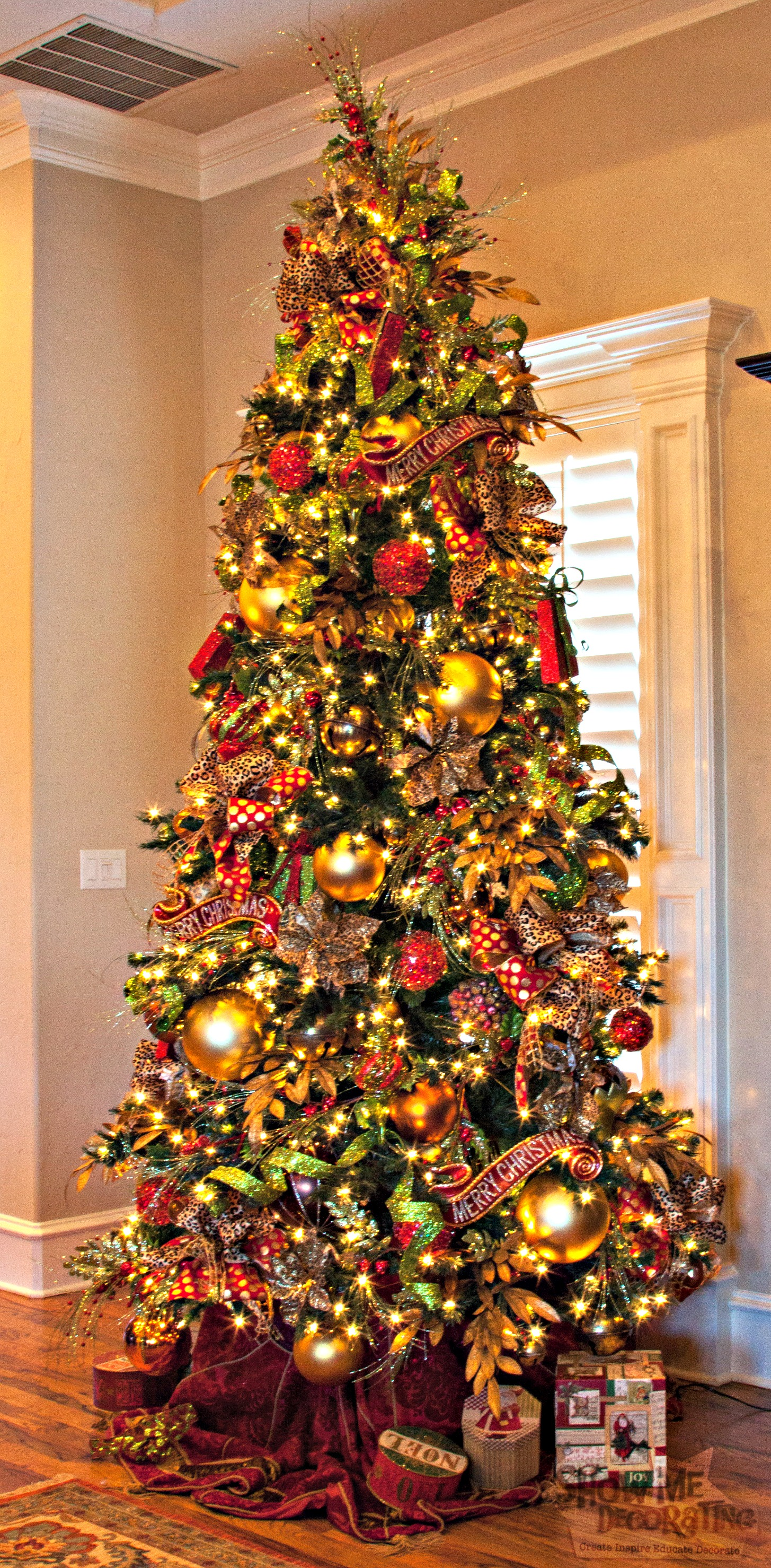 Christmas tree theme show me decorating for Gold christmas tree lights